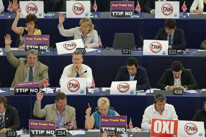 Des eurodéputés hostiles au traité transatlantique, le 7 juillet 2015 à Strasbourg.