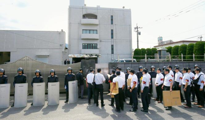 La police fédérale de Fukuoka s'apprête à intervenir au siège de Kudo Kai, une organisation mafieuse, en 2014.