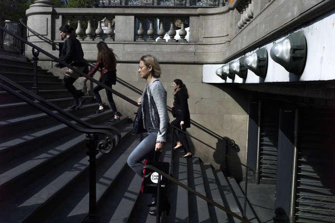 A la sortie de la station de métro Opéra, à Paris, en 2014.