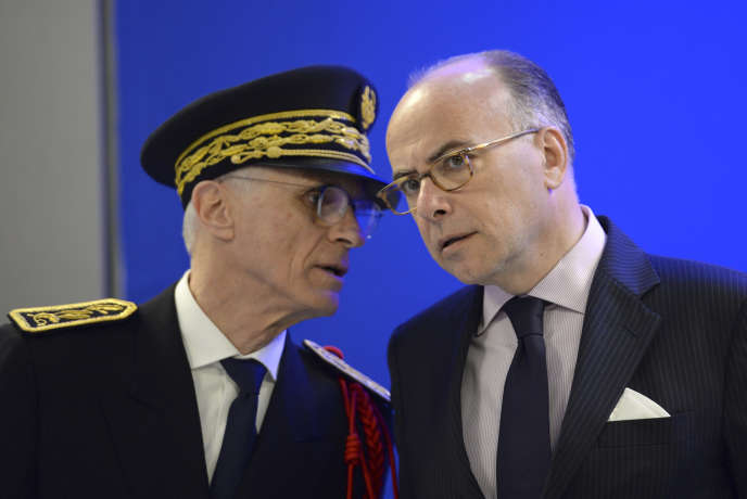 Le préfet de police de Paris Bernard Boucault (à gauche) et le ministre de l'intérieur  Bernard Cazeneuve, le 2 avril à la gare du Nord à Paris.