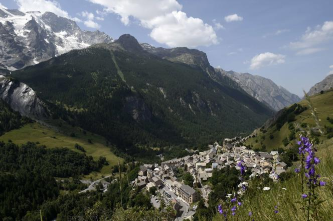 Le village de La Grave, devant la montagne de La Meije et son glacier, le 6 juin 2015.