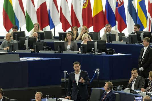 Le premier ministre grec Alexis Tsipras, au centre, prononce son discours au Parlement européen à Strasbourg , le mercredi 8 Juillet 2015. ( AP Photo / Jean- François Badias )