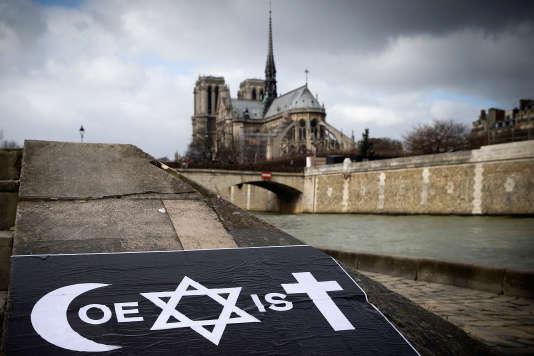 """Le terme """"coexist"""" composé des symboles des trois grandes religions monothéistes."""