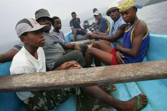 Mayotte est confrontée à une immigration de masse qui pèse sur son économie déjà fragile. Ici, en 2005, des migrants tentent d'arriver illégalement à Mayotte.