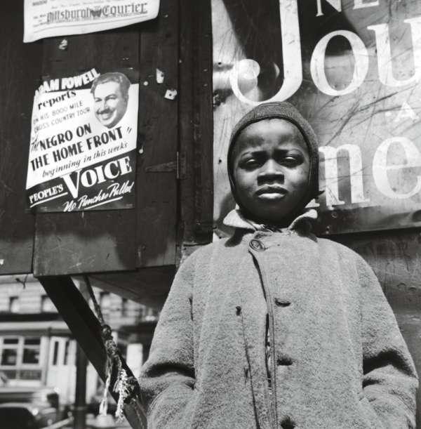 """""""Harlem Newboys, Harlem, New York"""", de Gordon Park, une photographie parmi les nombreux documents (cartes, statistiques, vidéos, musique...) exposés au MoMA."""