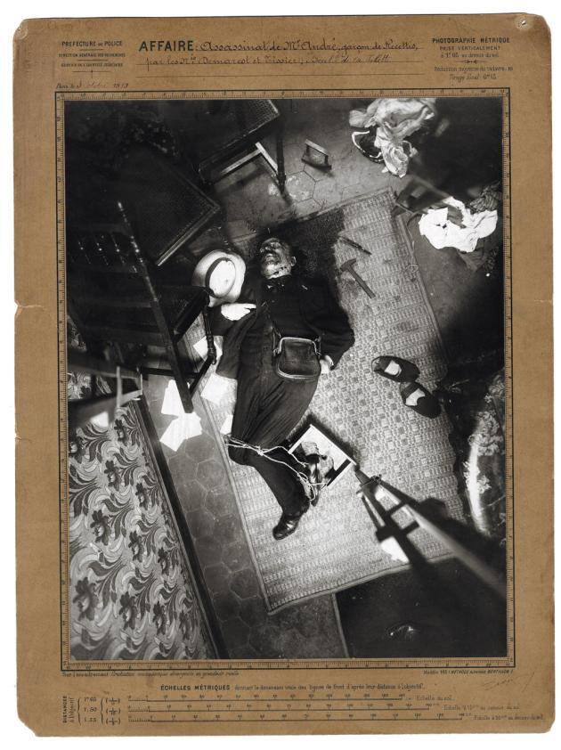 Assassinat de M. André, boulevard de La Villette, à Paris, le 3 octobre 1910. Epreuve argentique montée sur carton métrique. Photo d'ouverture : Trace de pas, assassinat de M. Van den Berg, affaire du 12, rue de la Charbonnière, à Paris, le 9 mai 1916. Photographies d'Alphonse Bertillon.