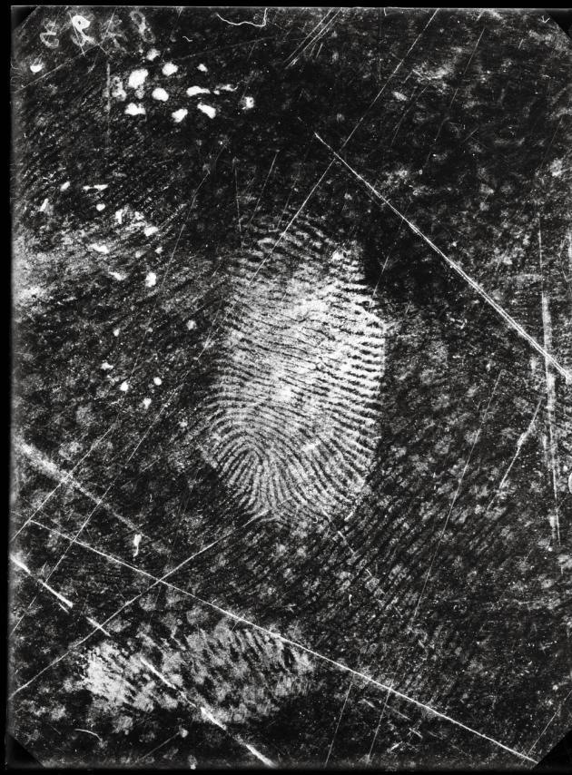 Empreintes digitales relevées sur une toile cirée, affaire Jost Grand-Chêne, Lausanne, le 25 novembre 1915. Photographie de Rodolphe A. Reiss.