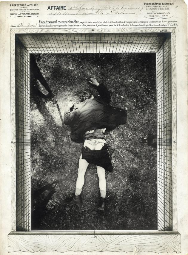 Assassinat de M. Delorme, affaire de Charenton, le 30 juillet 1908, vue de dos. Photographie d'Alphonse Bertillon.
