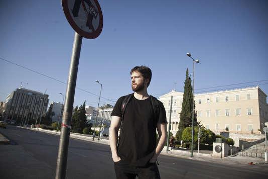 Pavlos Pantazopoulos, 25 ans, diplômé en information et communication à l'université d'Athènes, a fui la crise comme plus de 20 000 Grecs, en direction de l'Allemagne pour revenir en Grèce au printemps 2015 dans un pays en décrépitude.
