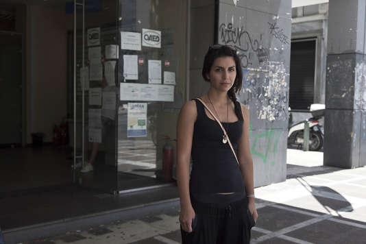 Elisabeth Xidaki, 27 ans, alterne chômage et petits boulots comme de nombreux jeunes Grecs. Au fil de la crise, elle a dû s'habituer aux inscriptions répétées au centre OAED (organisme du chômage grec).