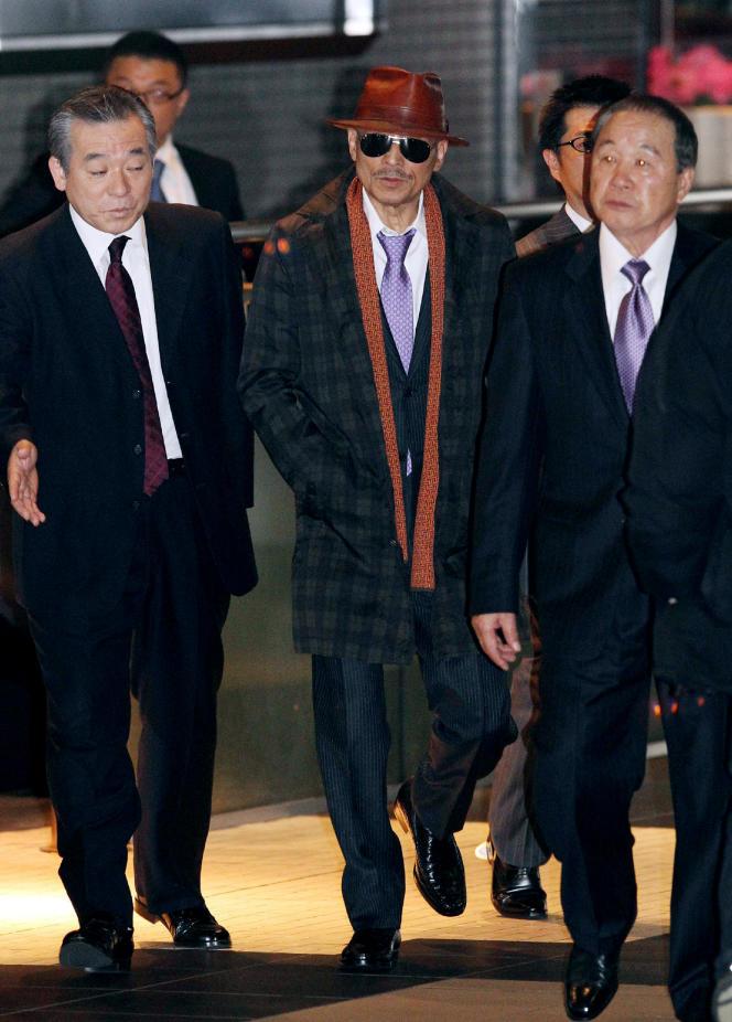 Kenichi Shinoda (au centre), le parrain du plus important gang de yakuzas les Yamaguchi-gumi, à la gare Shinagawa de Tokyo le 9 avril 2011.