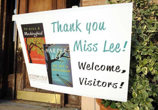 Un panneau accueillant les lecteurs d'Harper Lee à Monroeville, en Alabama, avant la sortie de «Go Set a Watchman» («Va et poste une sentinelle», en français).
