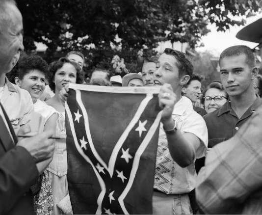 Pour ses nombreux détracteurs, The Stainless Banner (« bannière sans taches » en français), ce drapeau utilisé à partir de 1863 par les Etats ayant fait sécession de l'Union en 1861, symbolise le racisme et l'esclavage.