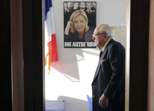Jean-Marie Le Pen dans une permanence du Front National à Agen, en janvier 2014.