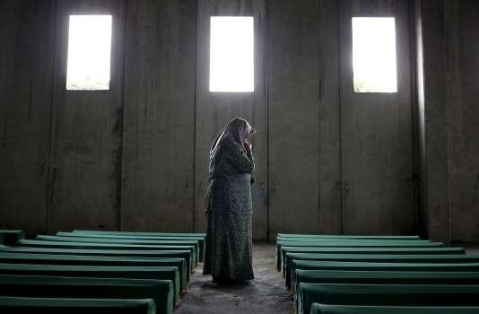 Une femme au Mémorial de Potocari en juillet 2015, à la recherche de l'un des ses proches parmi les victimes, nouvellement identifiées, du massacre de Srebrenica de juillet 1995.