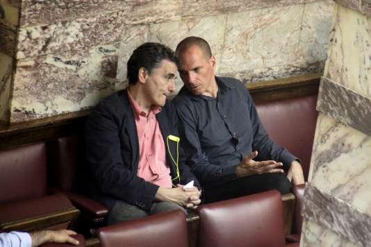 L'ex-ministre des finances grec, Yanis Varoufakis (à droite), et son successeur, Euclide Tsakalotos, au Parlement d'Athènes le 9 juillet.