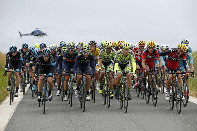 Les coureurs du Tour de France lors de la 5e étape entre Arras et Amiens le 8 juillet.