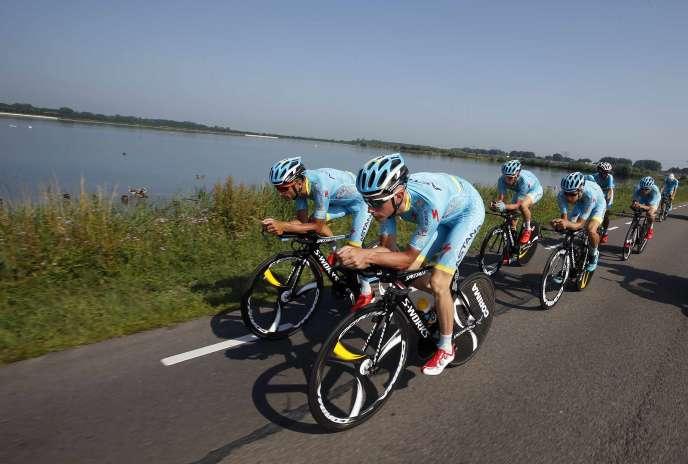 Des coureurs de l'équipe Astana à l'entraînement à Utrecht aux Pays-Bas le 3 juillet 2015.