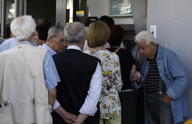 Queue devant un distributeur dans les rues d'Athènes, le 9 juillet.