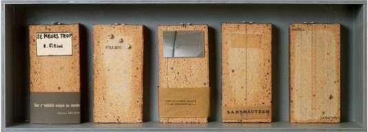 """""""Autobiographical"""" (1963-1973), de Robert Filliou. Boîte en bois contenant cinq briques et matériaux divers."""