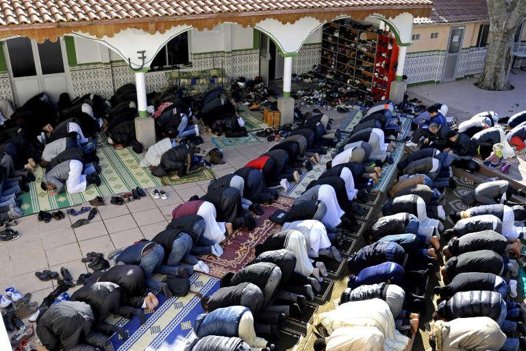 Des fidèles musulmans lors de la prière du vendredi dans une mosquée de Marseille , janvier 2015.