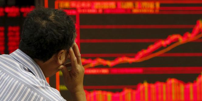 Un courtier à la Bourse de Shangaï, le 9 juillet.