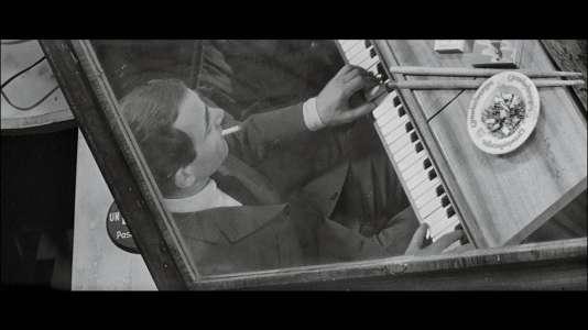 """Dans """"Tirez sur le pianiste"""", Charles Aznavour incarne un musicien au passé mystérieux. La bande  originale, composée de jazz et de classique, est signée Georges Delerue."""