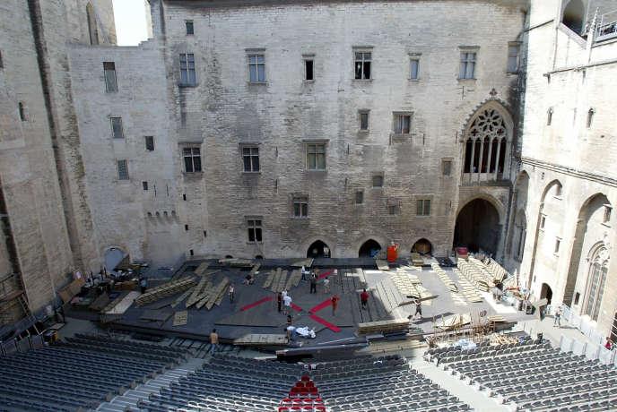 Jeudi 9 juillet au soir, le mistral soufflait fort sur la Cour d'honneur du Palais des papes à Avignon (ici lors du montage d'un spectacle en juin 2002).
