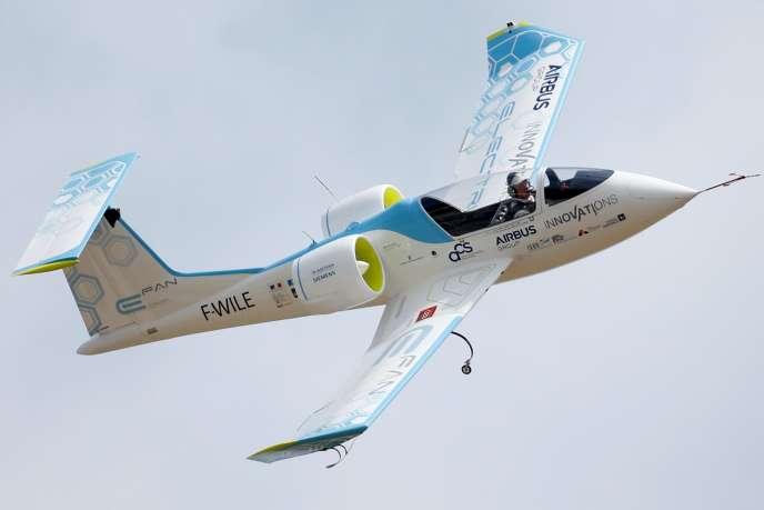 Avec une autonomie d'environ quarante-cinq minutes, l'appareil est particulièrement adapté à la formation des pilotes, au remorquage des planeurs et à la voltige, selon Airbus.