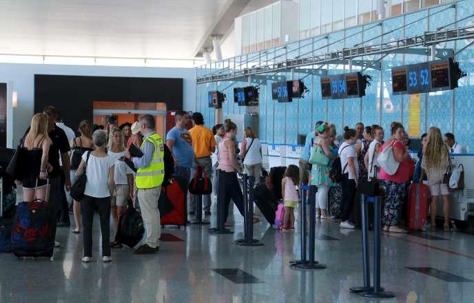 Des touristes britanniques quittant la Tunisie, à l'aéroport d'Enfidha, le 10 juillet.