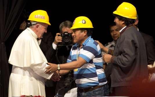 Le pape François avec des mineurs, à Santa Cruz, en Bolivie, le 9 juillet 2015.