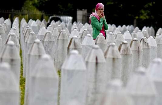 Une femme se recueille sur la tombe d'un proche au mémorial de Potocari, en Bosnie-Herzégovine, le 10 juillet 2015.