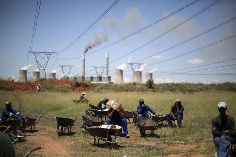 Mineurs devant la centrale thermique de Duvha (Afrique du Sud)