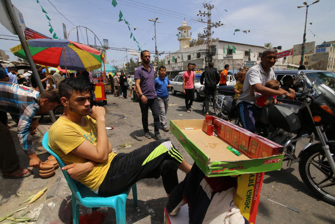 Un vendeur de cigarettes dans une rue de Gaza, le 23mai.