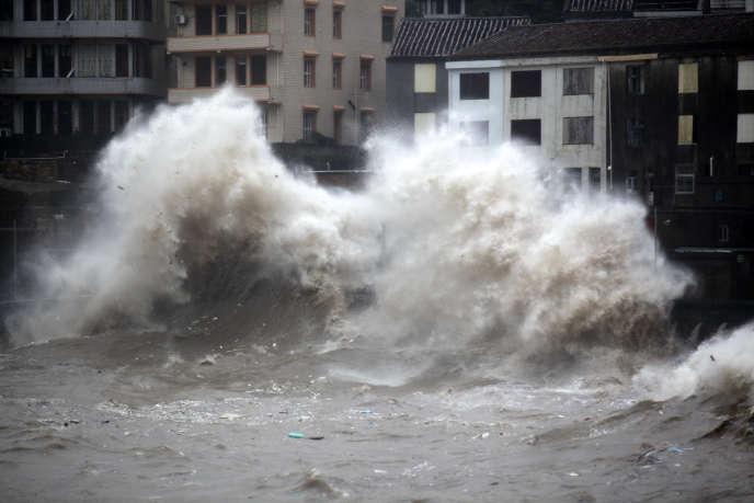 Une vague provoquée par le typhon Chan-Hom à Wenling dans la province orientale du Zhenjiang en Chine, le 10 juillet.