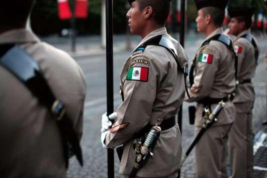 Des soldats mexicains répètent pour le défilé du 14-Juillet, à Paris, le10juillet.