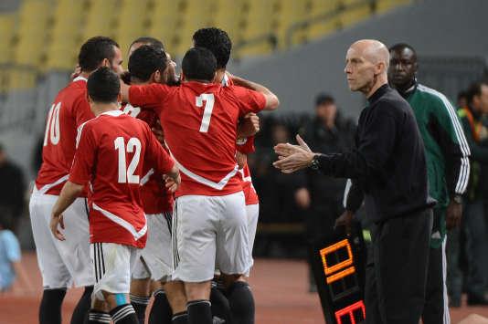 Bob Bradley (à droite), l'entraîneur-chef de l'équipe nationale de l'Egypte, lors du match Egypte-Zimbabwe, le 26 mars 2013.