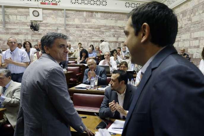 Le premier ministre, Alexis Tsipras, arrive à la réunion des parlementaires de Syriza, vendredi matin, en présence du nouveau ministre des finances grec, Euclide Tsakalotos.