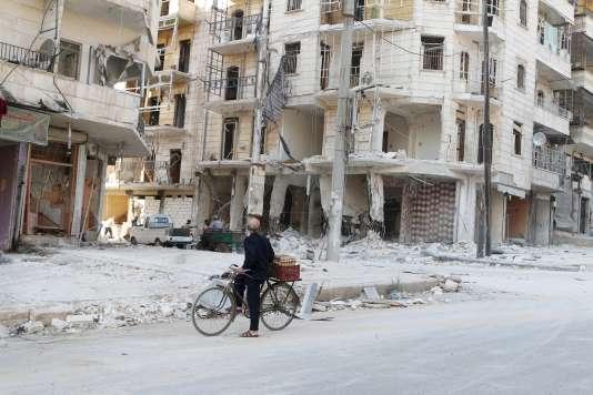 Un homme regarde un immeuble bombardé par le régime syrien dans la ville d'Al-Bab, le 11 juillet.