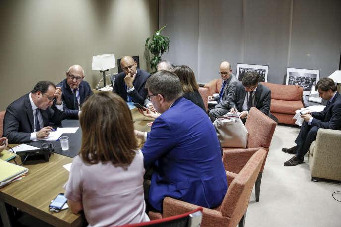 François Hollande, président de la République française, Michel Sapin, ministre des finances et Harlem Désir, secrétaire d'Etat aux affaires européennes, à Bruxelles, le 7 juillet.