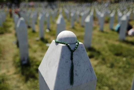 Un chapelet musulman placé sur une tombe au mémorial Potocari, près de Srebrenica, le 11 juillet 2015.