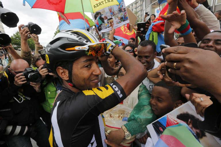 Merhawi Kudus Gebremedhin est à 21 ans le plus jeune coureur du Tour de France. Il salue ici ses fans à Rennes, le 11 juillet. Son physique en fait un grimpeur redoutable.