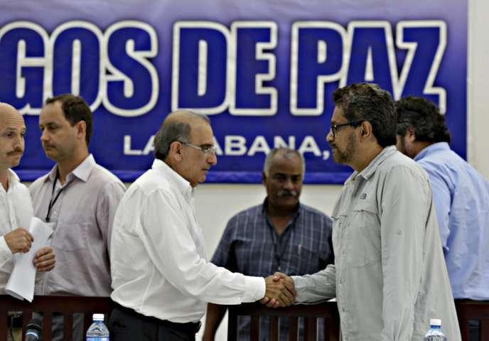 Humberto de la Calle, négociateur du gouvernement colombien et son homologue pour les FARC, Ivan Marquez.