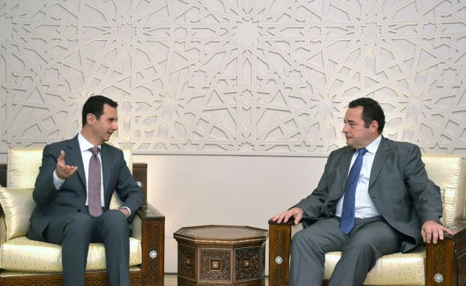 Bachar Al-Assad (à gauche) et le député Jean-Frédéric Poisson, à Damas, en juillet.
