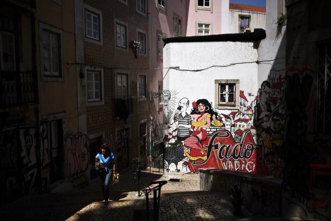 Les escaliers de Sao Cristovao, à Lisbonne, capitale du Portugal.