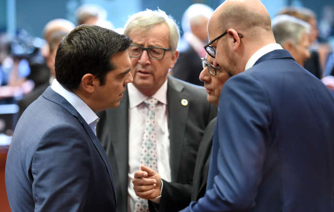 Alexis Tspiras, Jean-Claude Juncker, François Hollande et Charles Michel à Bruxelles, dimanche soir.