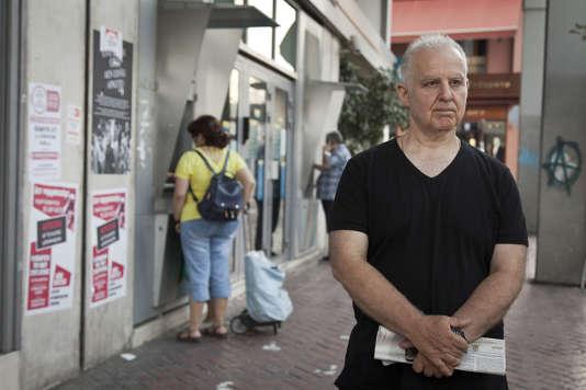 Charalambos Tsavimos, retraité de 60 ans, a travaillé au sein de Ethniki Bank plus de 35 ans. Comme tous les jours depuis le 28 juin, Il retire ses 60 euros. Cet argent lui sert a acheter des médicaments et aider sa famille.