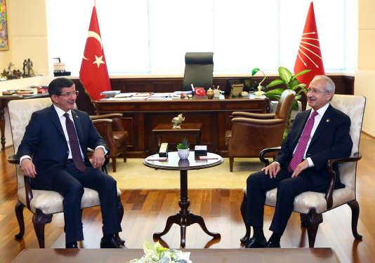 Le premier ministre turc, Ahmet Davutoglu (à gauche), et le chef du Parti républicain du peuple (CHP, social-démocrate), Kemal Kilicdaroglu, le 13 juillet.