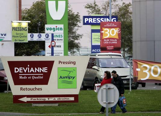 Des panneaux publicitaires à l'entrée du centre commercial V2 de Hellemmes prés de Lille.