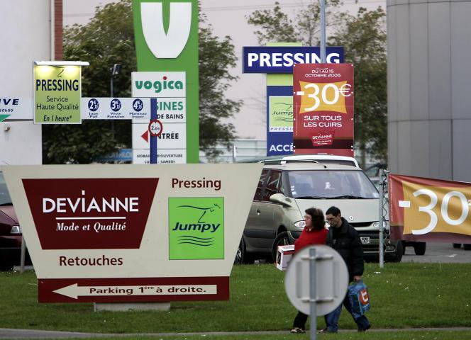 Une multitude de panneaux publicitaires à l'entrée du centre commercial V2 de Hellemmes près de Lille, en 2005.
